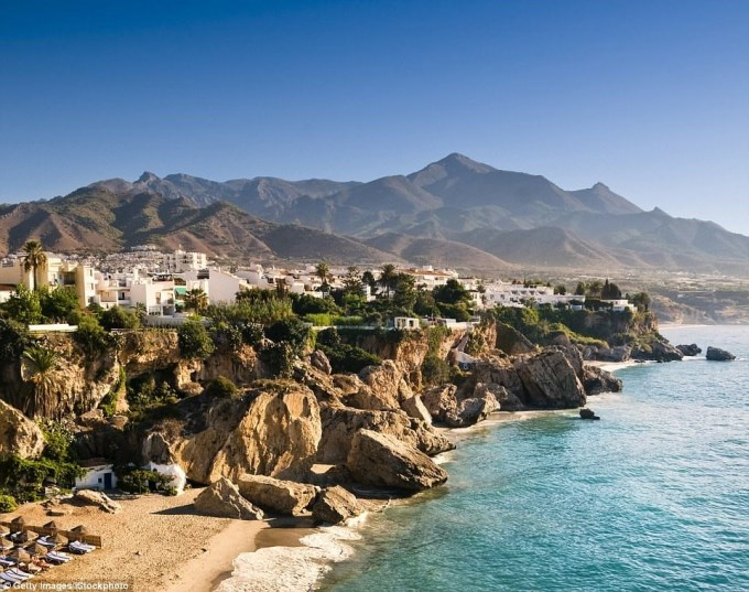 Biển Nerja ở Andalucia